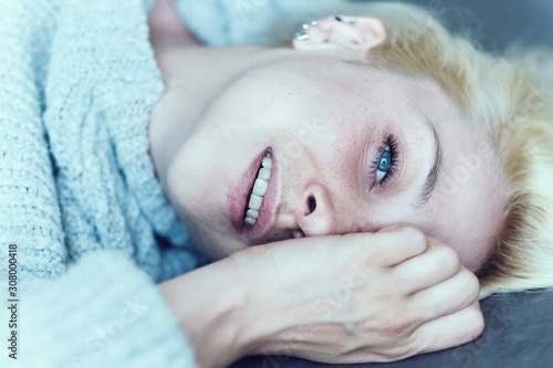 Fototapeta Portrait belle jeune femme blonde