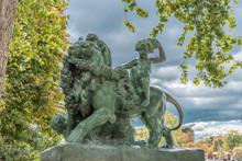 Estatua De Un Leon Y Un Niño