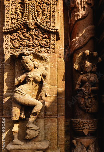 Obraz na plátně  Ornate, faded carving of a figurine on the walls of the ancient 10th century Mukteshwar temple in the city of Bhubaneshwar in Orissa, India
