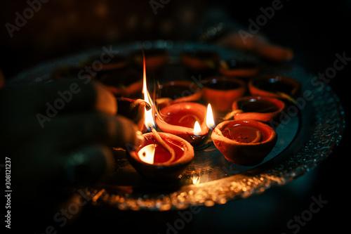 cerilla y velas en tarros de cerámica (barro) encendidas en llamas, fuego, para Canvas-taulu