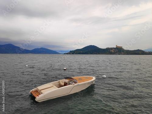Fotografija Boot vor der Rocca Di Angera