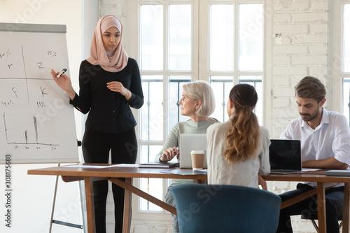 Fotografía  Focused arabian businesswoman coach holding workshop training.