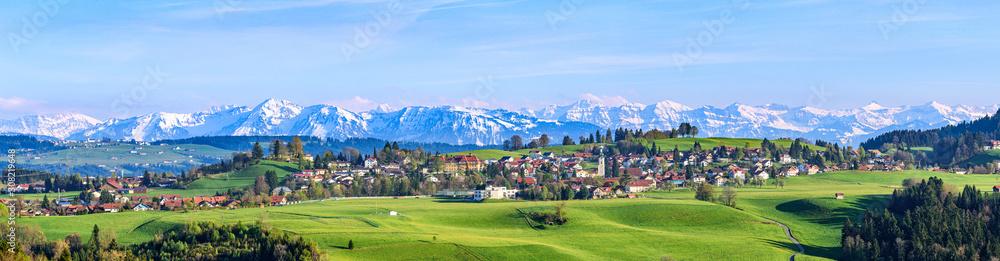 Fototapeta Ausblick auf Scheidegg im Allgäu mit schneebedeckten Alpengipfeln