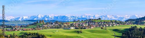 Fotografering Ausblick auf Scheidegg im Allgäu mit schneebedeckten Alpengipfeln