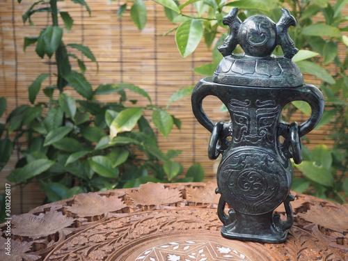 紫檀製レリーフテーブルの上の中国製香炉 Fototapeta