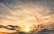 Dramatischer Wolkenhimmel zur Goldenen Stunde