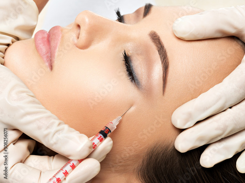 Fotografia Woman getting cosmetic injection of botox near eyes