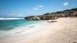plage de sable blanc et rocher sous les tropiques, île de rodrigues, île maurice