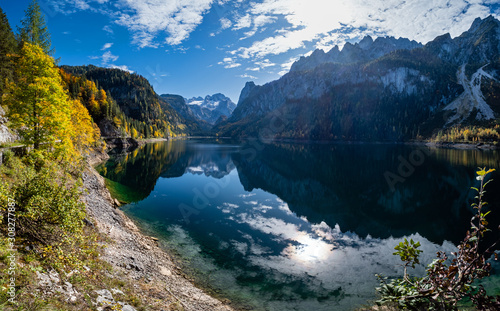 Fotomural  Autumn Alps mountain lake with clouds reflections