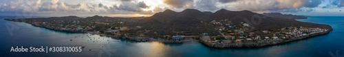 Photo Aerial sunrise view of coast of Curaçao in the Caribbean Sea with turquoise wate