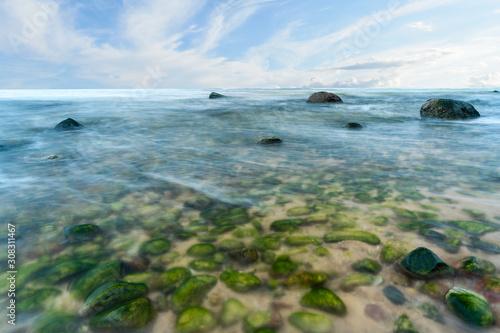 widok-na-kamienista-plaze-w-miedzyzdrojach-morze-baltyckie-kamienie-do-wody-efekt-rozmycia-z-dlugim-czasem-ekspozycji