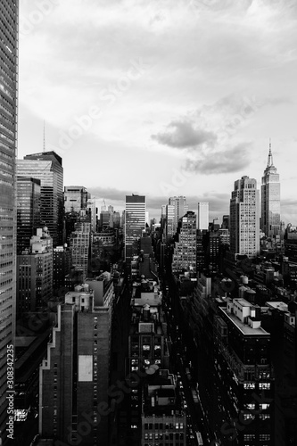 Photo Vertical grey scale shot of the buildings and skyscrapers in New York City, Unit