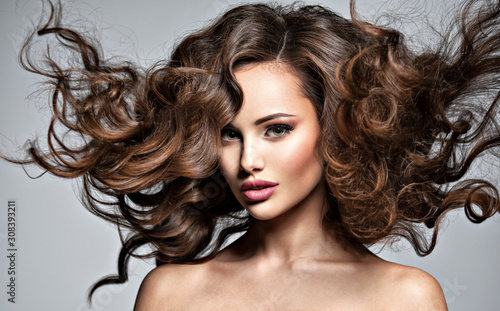 Obraz Twarz pięknej kobiety o długich włosach - fototapety do salonu