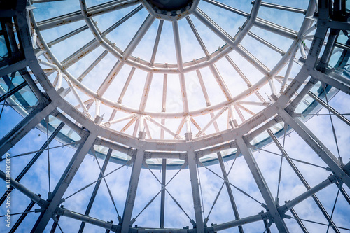Fotografia Round Metal ceiling modern architecture with blue sky in the background