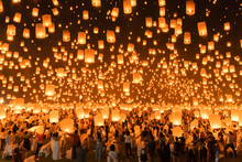 Thai People Release Sky Floating Lanterns Or Lamp To Worship Buddha's Relics At Night. Traditional Festival In Chiang Mai, Thailand. Loy Krathong And Yi Peng Lanna Ceremony. Celebration Background.