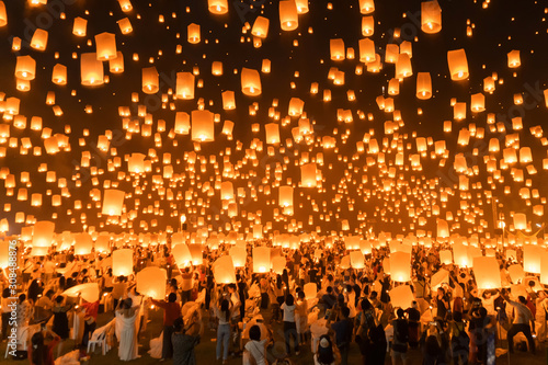 Fotografie, Obraz Thai people release sky floating lanterns or lamp to worship Buddha's relics at night