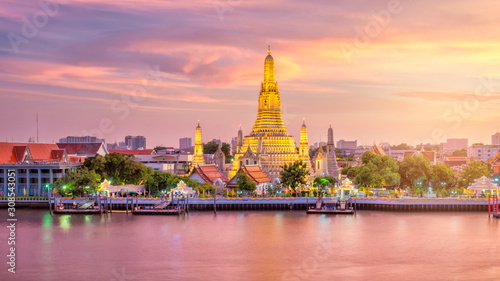 Canvas Print Beautiful view of Wat Arun Temple at twilight in Bangkok, Thailand