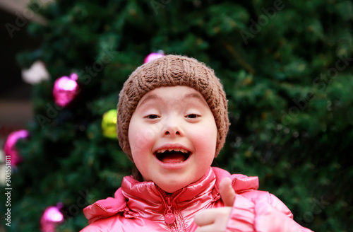 Fototapeta  Portrait of young girl on background of the christmas tree