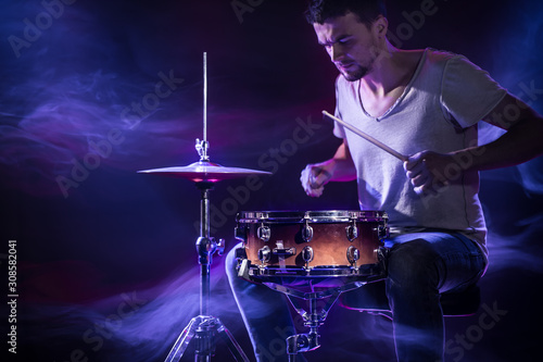 Fotomural A drummer plays drums on a blue background