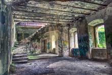 Fuerte Militar Abandonado Lleno De Pintadas Y Graffitis