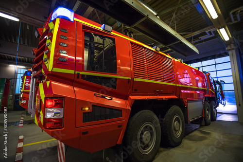 Canvastavla modern airport fire department fire engine