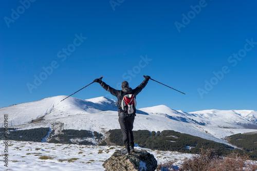 senderista que camina por sendero nevado en sierra nevada, España Canvas-taulu