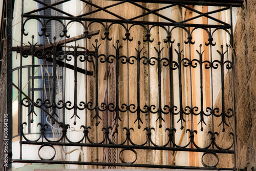 Fotografia  Metal balcony on colonial style house in Beirut