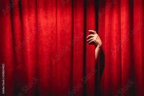 Fotomural  The hand on the red curtain background