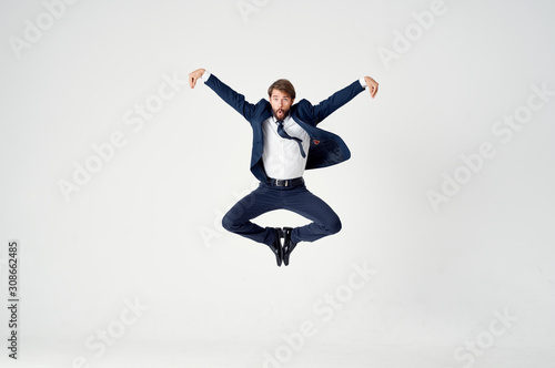 Fotografia young man jumping in the air