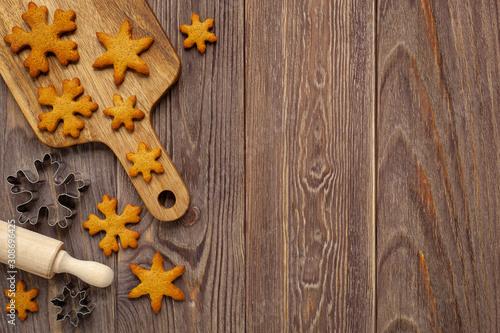 Obraz Boże narodzenie - tło z pierniczkami i deską do krojenia - fototapety do salonu