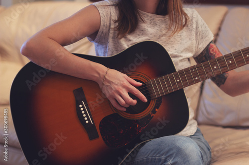 young tattooed woman with guitar Canvas-taulu