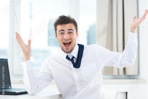 Valokuva happy businessman with thumbs up