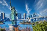 Fototapeta Nowy Jork - Liberty statue replica in Odaiba, vith a view of Tokyo and the Rainbow Bridge
