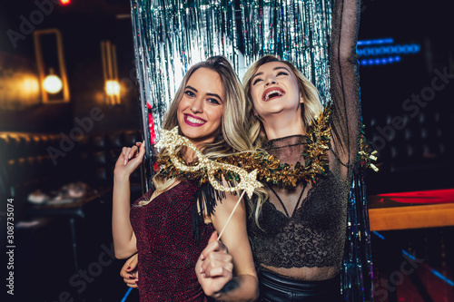 Obraz Girls celebrating new years eve at the nightclub. Group of female friends partying in pub - fototapety do salonu