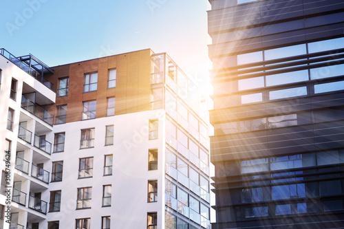 Photo Sun rays light effects on urban buildings