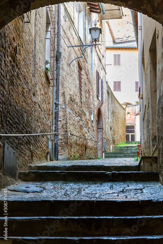 Photo Narrow alley between the old houses