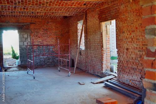 Budowa, remont domu z czerwonej cegły w stylu loft i rustykalnym,