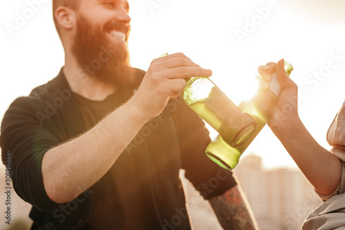 Foto Crop couple drinking beer during date