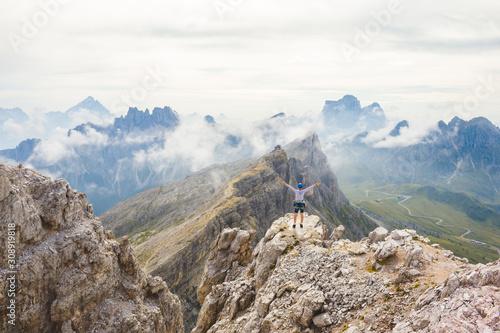 Fototapeta Dolomity - widok ze szczytu Averau przesłonięty przez chmury