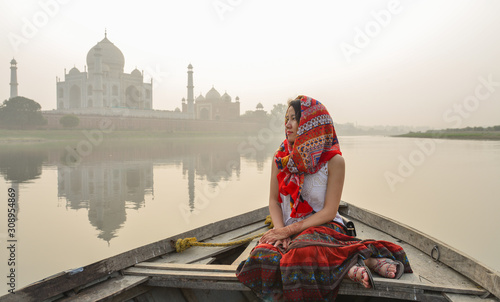 Cuadros en Lienzo A woman watching sunset over Taj Mahal