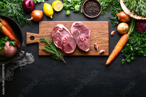 Fotografía  Lamb stew recipe concept, top down view of raw culinary ingredients