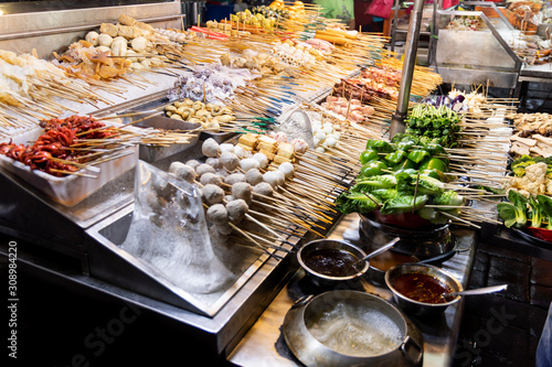 Fotografía Array of local delicacy named lok lok at Jalan Alor