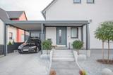 Fototapeta Na drzwi - Moderner Stahlcarport an Einfamilienhaus