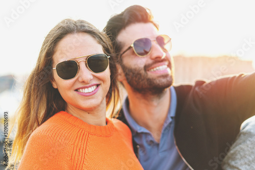 Leinwand Poster Beautiful couple of young people wearing sunglasses enjoying life in the summer