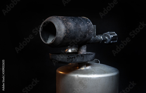 Photo old blowtorch on a black background
