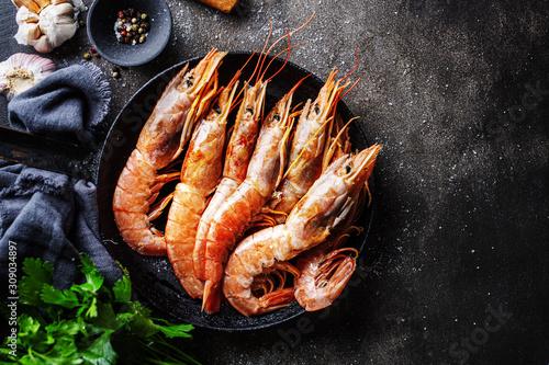 Cuadros en Lienzo Raw giant shrimps on dark table
