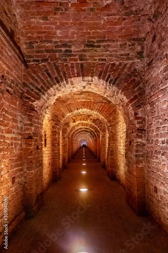 Brama z cegły wykonana z czerwonej cegły jako przejście między dwoma skrzydłami średniowiecznego zamku. Granitowy kamień ceglany mur Wewnętrzne przejście do bastionów