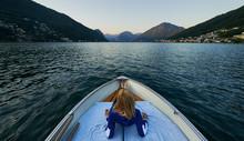 Una Mujer Tumbada En Una Barca...