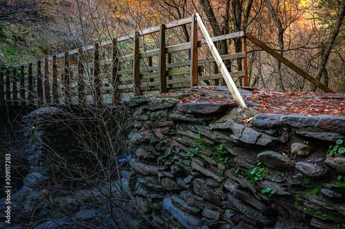 Puente de madera y piedra sobre un rio