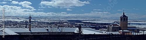 Panorámica de Gredos nevada desde la muralla sur de Ávila, España